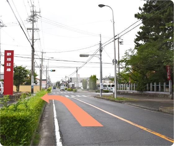 伏見町方面より文化会館南交差点を直進、次の信号左折
